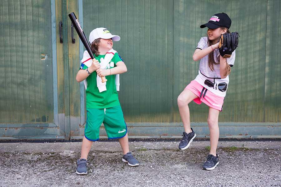 vai sul sicuro con pantaloncini, t-shirt e cappellino per i bambini al parco